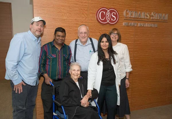 Saibal Kar医生(左二)与接受全美临床首例MitraClip的83岁患者Pearl Segal (左三)